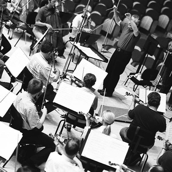 Jorge Mester, Alberto Mizrahi, and members of the Barcelona Symphony-National Orchestra of Catalonia